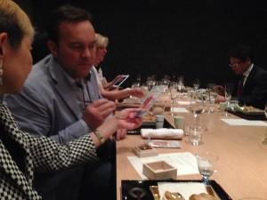 「フロコン・ド・セル」のオーナーシェフでいらっしゃいますエマニュエル・ルノー氏に越前仕立て汐雲丹を食べていただきました。気に入っていただけたようです。