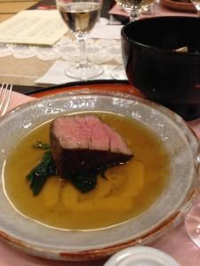 成澤シェフが昆布で作ったソースをかけて仕上げたメイン料理は噛むほどに肉の旨味があふれてくるという初めての体験でした