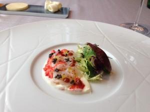 海老塩をソースに使って仕上げていただいたオマールエビの料理。エビのコクが大変おいしい一品でした。
